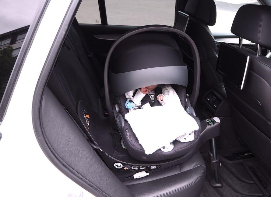 Z base jalustan ansiosta turvakaukalo kääntyy autossa 180 astetta.
