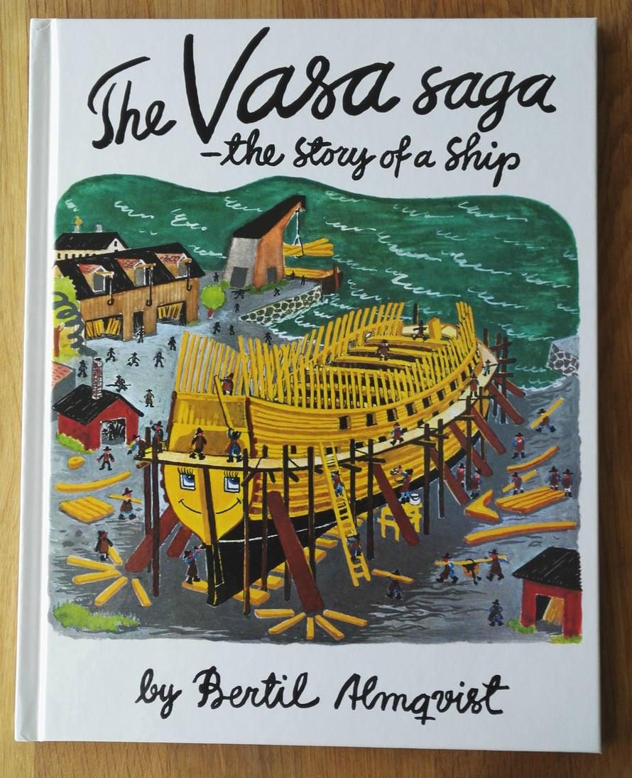 """Museokaupasta hankittu Bertil Almqvistin """"Sagan om Vasa"""" -lastenkirja vuodelta 1965 ei ole äidin mielestä tarinaltaan tai kuvitukseltaan erityisen mainittava. Kolmivuotias on kuitenkin hyvin innostunut siitä."""