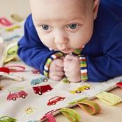 Itse tehdystä rapistelulelusta on vauvalle iloa pitkään. Ohjeen siihen ja muihin kivoihin vauvalahjoihin löydät osoitteesta vauva.fi/teeite. Kuva: Anna Huovinen