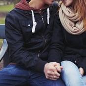 Pojat pohtivat paljon esimerkiksi sitä, miten ihastuksen kohdetta kannattaa lähestyä. Kuva: iStockphoto