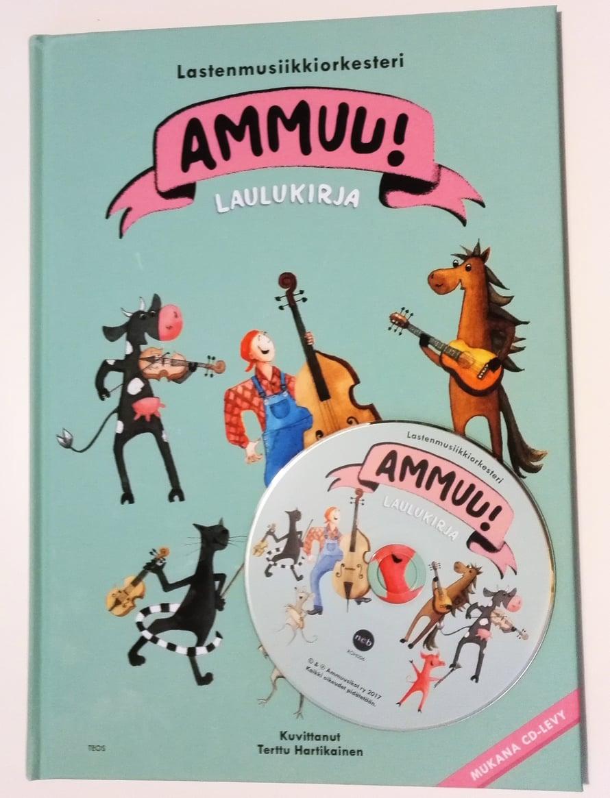 Cd:n ja kirjan yhdistelmä on yksi toimivimmista viihdykkeistä 3,5-vuotiaalle esikoiselleni. Ammuu!:n laulukirjaan hän ihastui ensi kuulemalta.