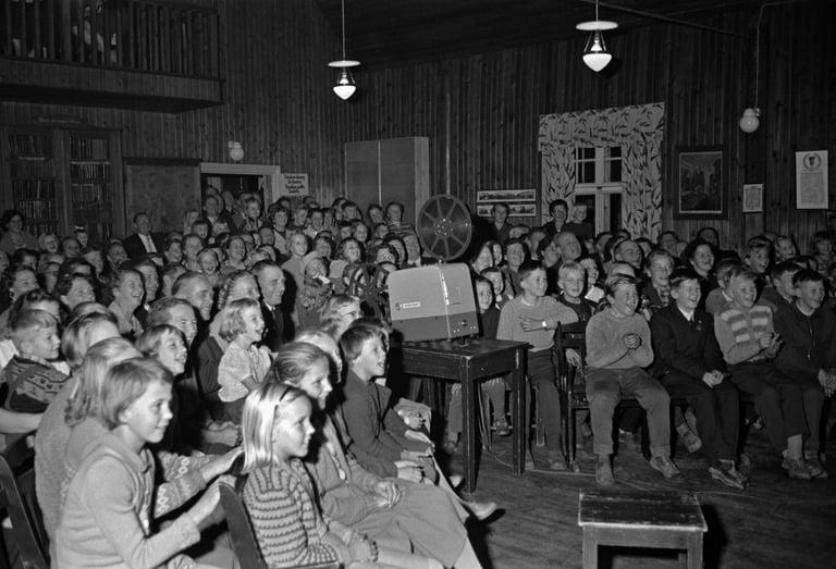 Nauravaa yleisöä Elannon jäsenjuhlilla Tolkkisissa. Kuva: Helsingin kaupunginmuseo. CC BY 4.0