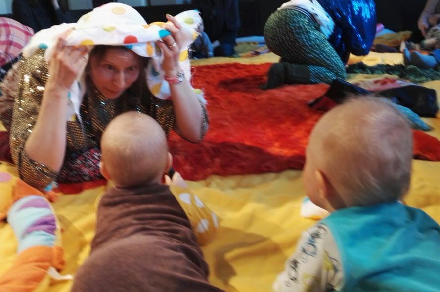 Kukkuu! Hyvin suunniteltu tanssiesitys on vauvalle monitahoinen elämys.