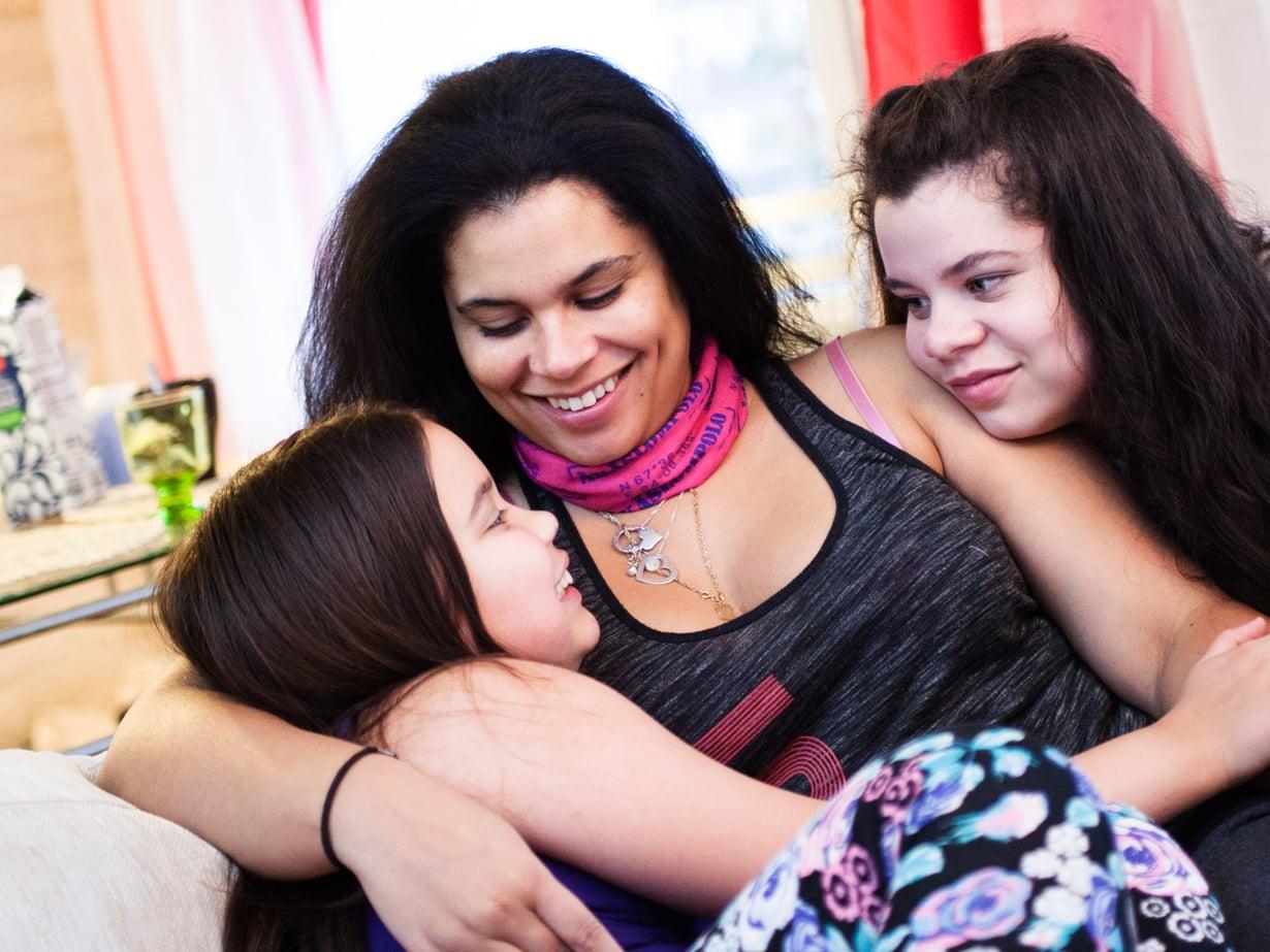 Oikealla Jasmin, äidin sylissä Jade. Kuva: Riina Peuhu