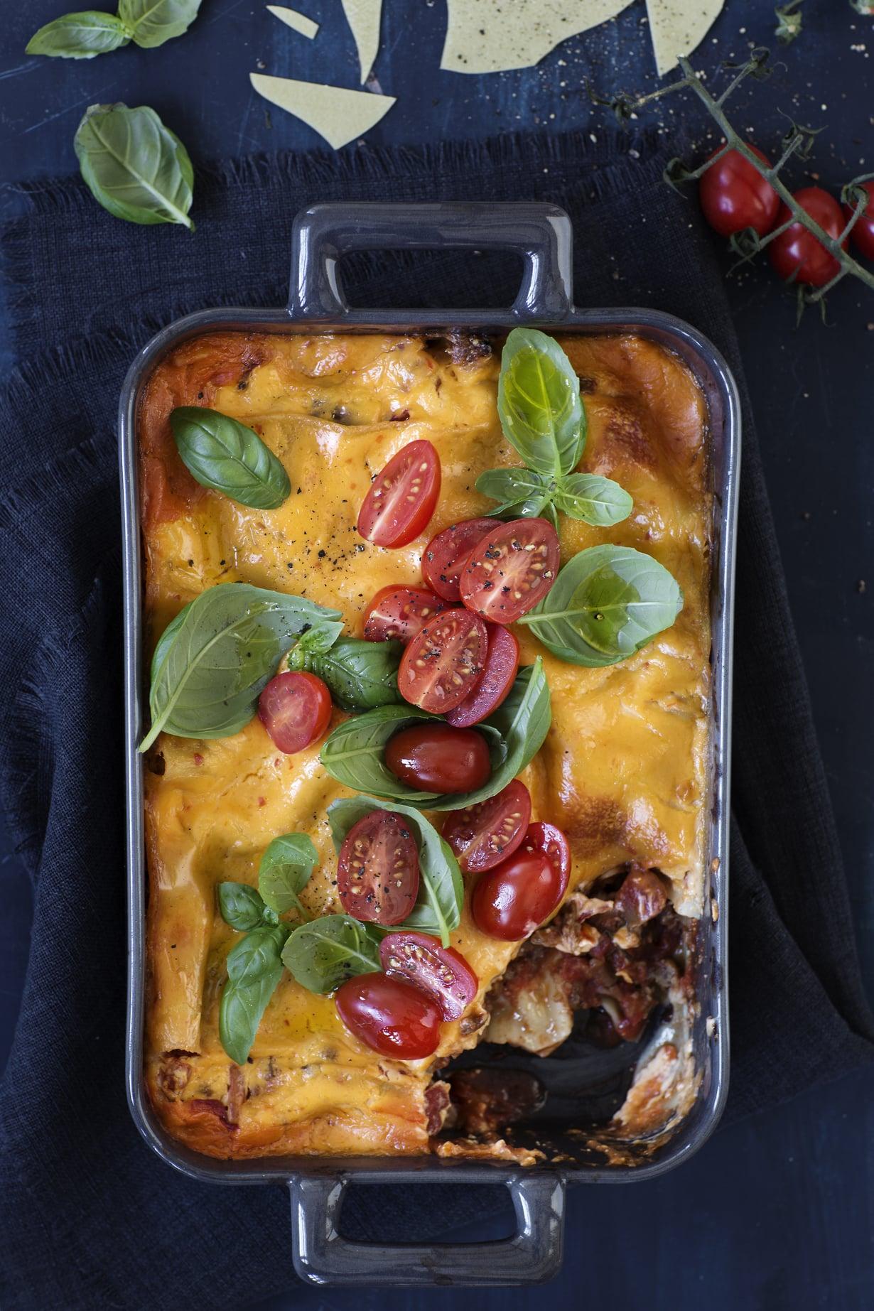 """Herkullinen kasvislasagne syntyy näppärästi oikaisten härkiksestä ja valmiista tomaattikastikkeesta. Muutama minuutti valmisteluja, sitten uuniin. Kuva: <span class=""""photographer"""">Pia Inberg</span>"""
