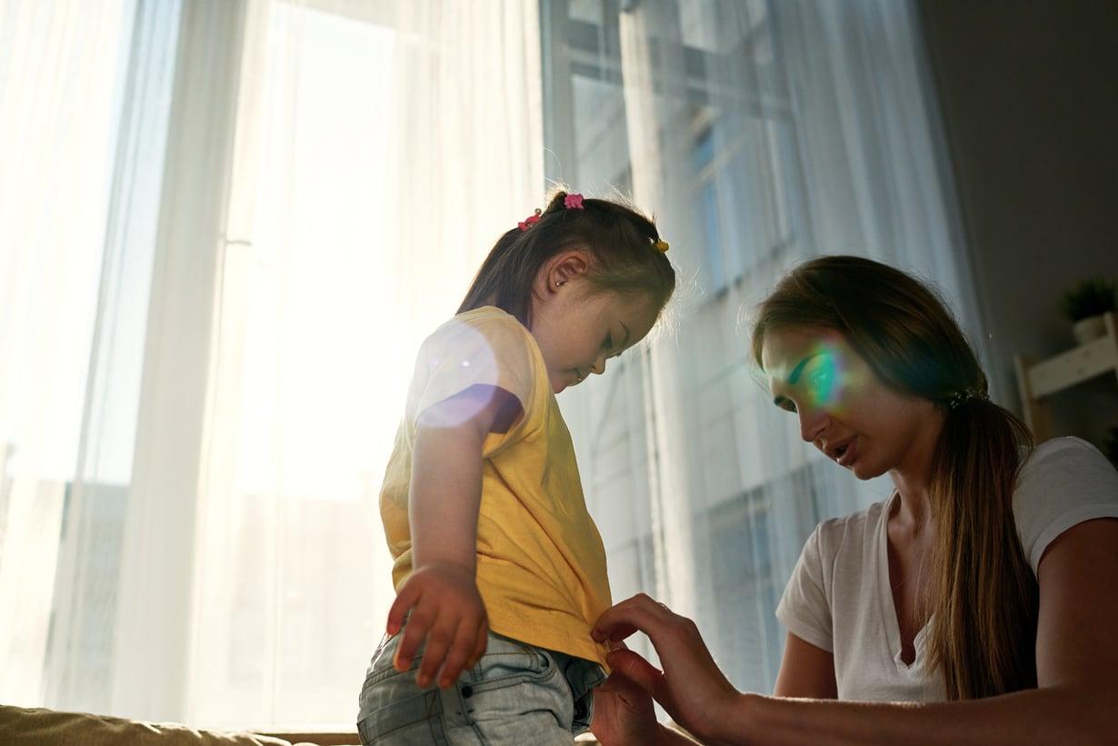Vaikka lapsen vamma ei parane, pitää avut, tuet, kuntoutukset ja terapiat hakea vuosittain uudestaan, vanhempi kertoo.