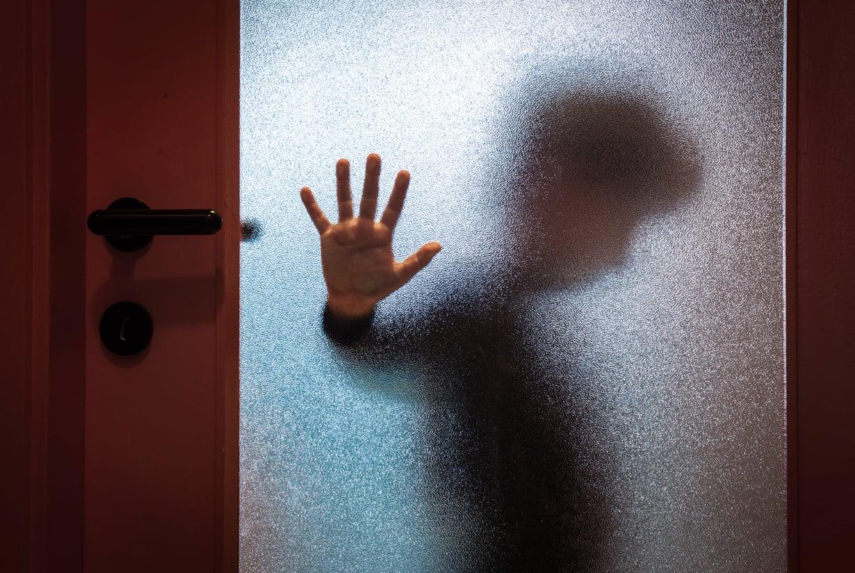 Kuritusväkivalta voi olla myös henkistä. Sitä on esimerkiksi lapsen eristäminen. Kuva: iStockphoto