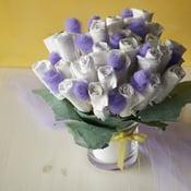 Vauvakutsujen lahjapöytä komistuu hienolla ja käytännöllisellä kukkakimpulla. Kuva: Juha Salminen
