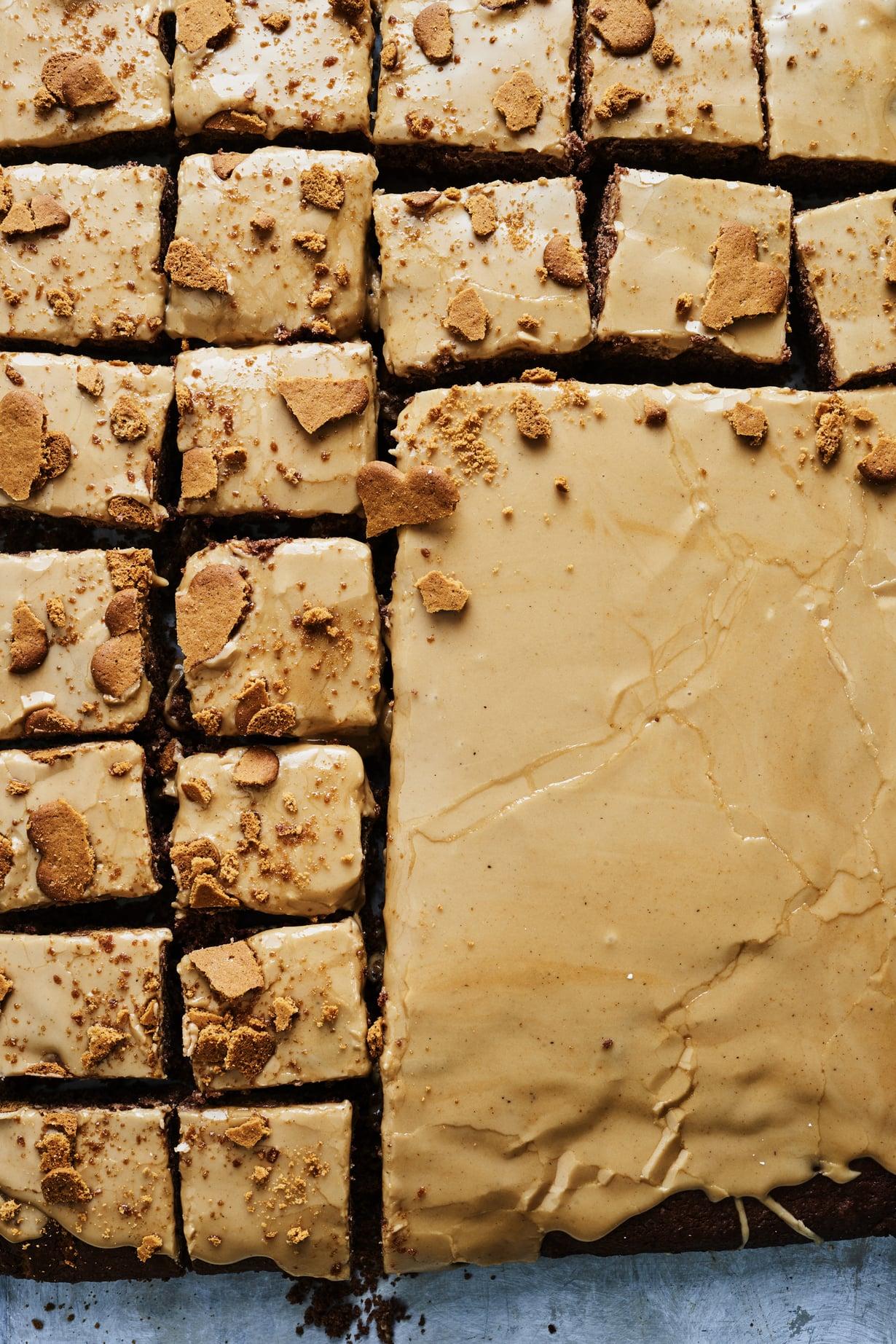 """Saanko isoimman palan? Jos haluat oikaista taikinassa, jätä suklaa sulattamatta ja lisää se joukkoon rouheena. Kuva: <span class=""""photographer"""">Tuomas Kolehmainen</span>"""