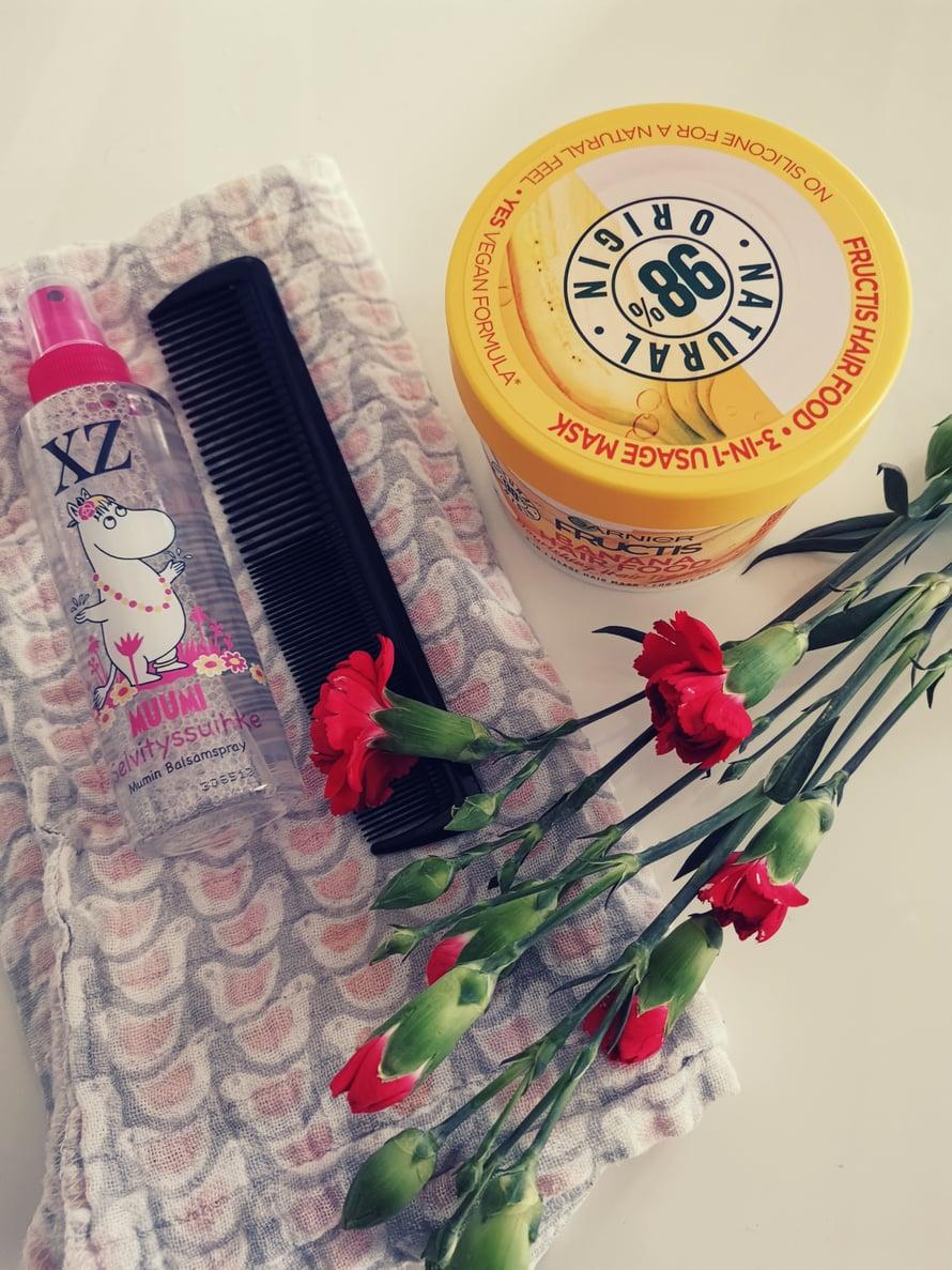 Garnier Fructis hiusnaamio (banana), XZ hiuksiinjätettävä muumi-hoitoaine, kampa ja harso