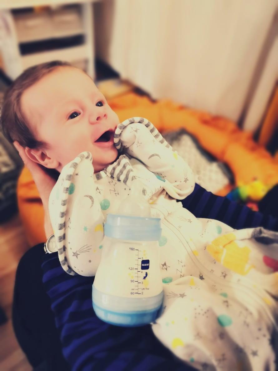 Ainun MAM-tuttipullo 1-virtauksen tuttiosalla, eli maito tulee pullosta pienelle vauvalle sopivalla vauhdilla