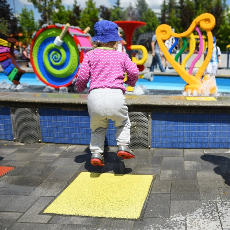 Yksi kaksivuotiaan lempitekemisistä Legolandissa - soittimista roiskahti silloin tällöin vettä päälle, jos niiden edessä hyppi tarpeeksi paljon.