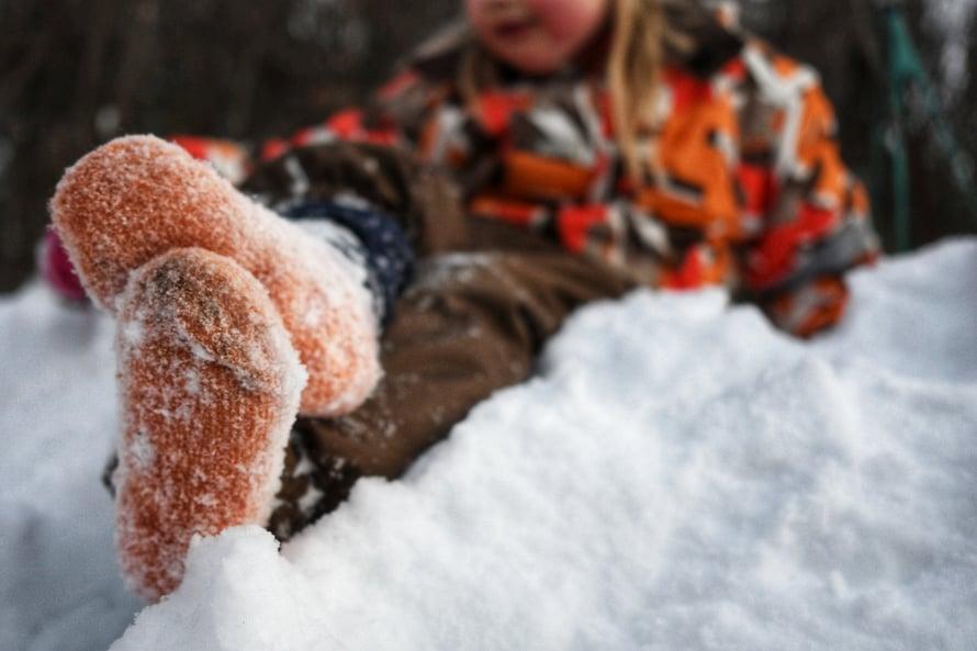 Parikymmenen minuutin ulkotassuttelun jälkeen kymmenen asteen pakkasessa. Lunta ei ole paakkuuntunut pohjiin käytännössä lainkaan.