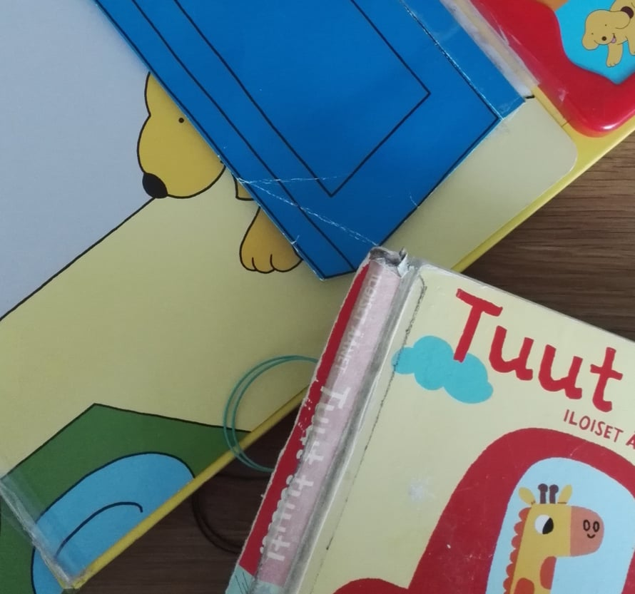 """Äänikirjat on meillä rakastettu rikki. Erityisen kovia on kokenut """"Kukkuluuruu, Puppe"""" -kirja, josta on revitty myös kurkistusluukut irti."""