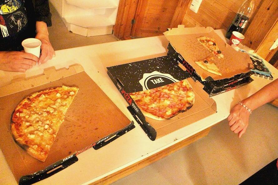 Pöllin kavereiden häissä olleen idean tilata iltapalaksi pitsaa ja hemmottelinkin juhlavieraitani Vaasan parhailla, eli Illyriansin, pitsoilla. Tämä oli ainut kuva, joka ehdittiin ottaa. Pitsat katosi viidessä minuutissa parempiin suihin! ISO SUOSITUS!
