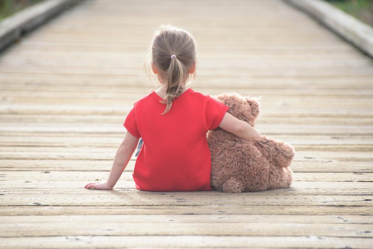 Turvallinen kiintymyssuhde kantaa pitkälle. Lapsi oppii, että hänen tarpeisiinsa vastataan ja hänen tunteensa huomioidaan. Kuva: iStockphoto