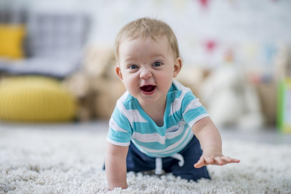 Kun lapsi jää hoitoon, heipat kannattaa pitää lyhyinä ja kertoa, että pian nähdään taas. Kuva: iStock