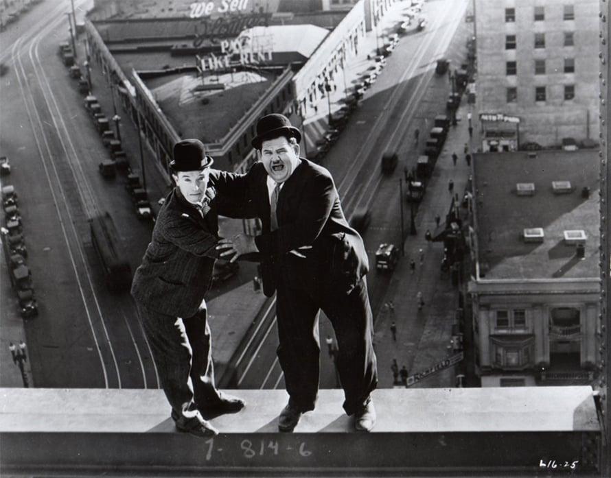 Ohukainen ja Paksukainen hulluttelevat lyhytelokuvassa Oi, ihana vapaus (1929). Kuva: KAVI.