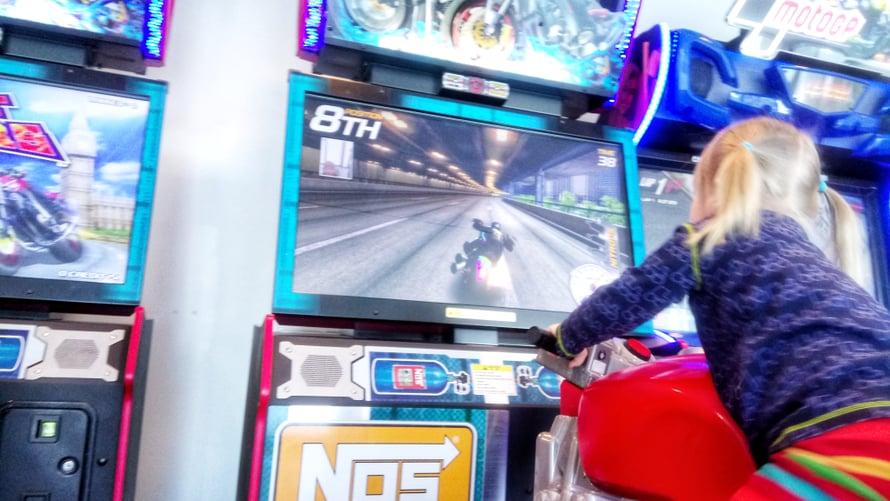 Kylpylähotellin peliautomaattiosastolla kävi aikamoinen flaksi. Moottoripyöräpeli sekosi niin, että koko päivän sai ajaa ilman maksua. Seuraavana aamuna laite kinusi jälleen kolikkoa.