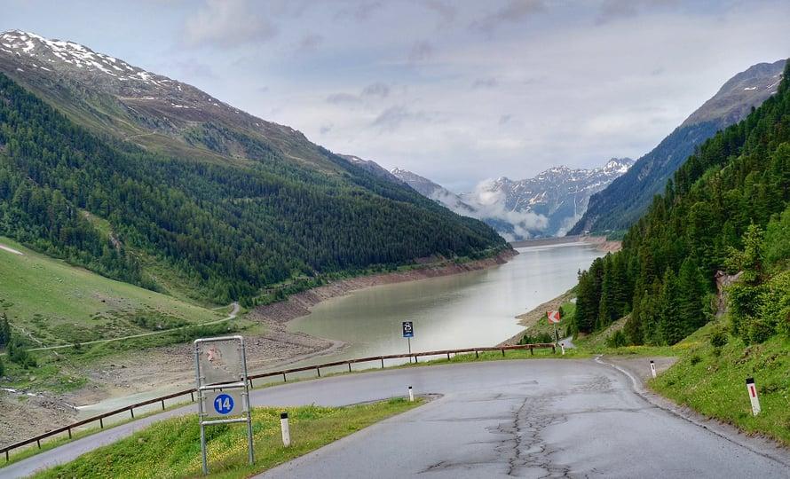 Kaunertaliin vievä tie on maisemiltaan henkeäsalpaavan kaunis. Meidän piti alunperin käydä ajamassa Passo Stelvio, jossa huokailimme 2016, mutta se oli vielä juhannuspäivänä suljettu Italian puolelta lumen takia. Ihan hyvä niin, sillä Kaunertal oli uusi ja mukava kokemus. Tämä näkymä on tuttu Spectre Bondista.