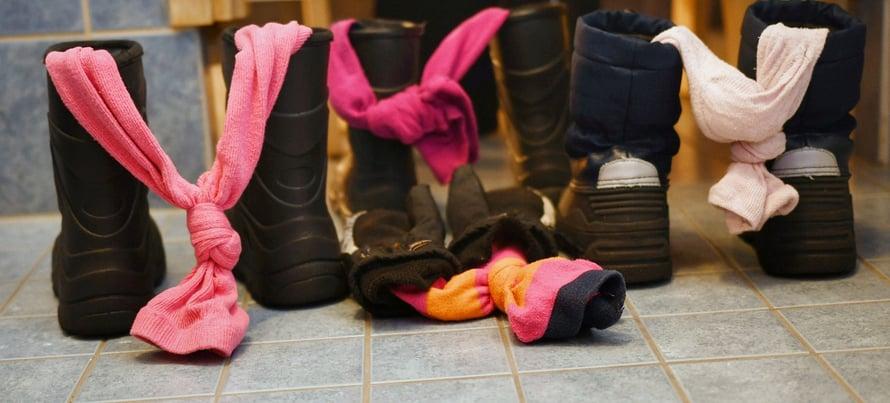 Perinteinen vinkki kenkien kuivumisen nopeuttamiseen on työntää rullattu sanomalehti varresta sisään. Silicassa on sama idea, mutta tuoreempi teknologia.