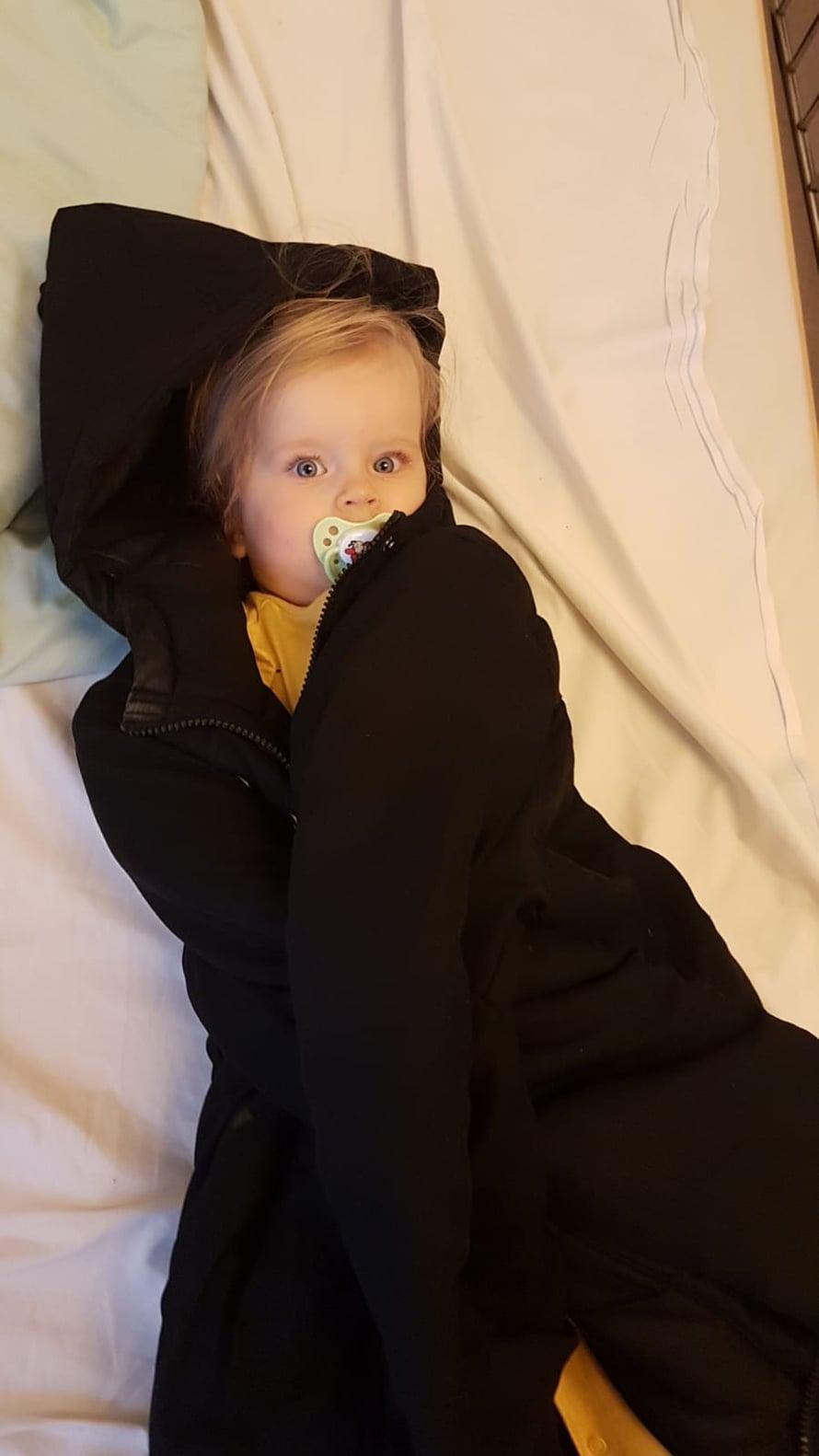 Vauva yökkäreissä, sairaalalta saatu tutti suussa ja minun takkiin käärittynä. Takin isi oli vaan napannut mukaansa luullen, että se oli hänen takki.