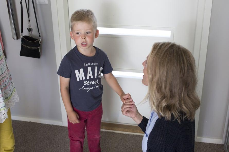 Kolmevuotias Tomas rauhoittuu, kun äiti keskittyy kuuntelemaan. (Kuva: Janica Karasti)