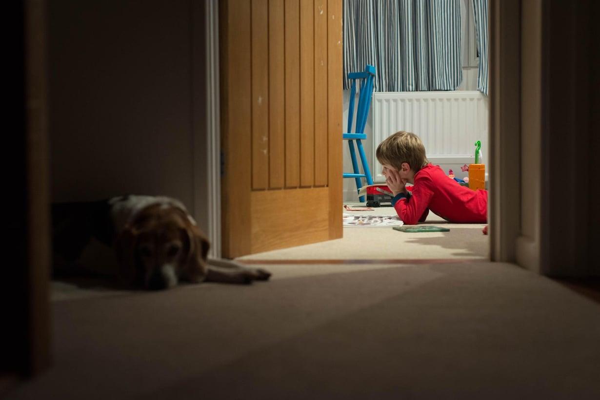 Ei väsytä. Samanlaisina  toistuvat rauhalliset iltarutiinit auttavat isoakin lasta. Kuva: Getty Images