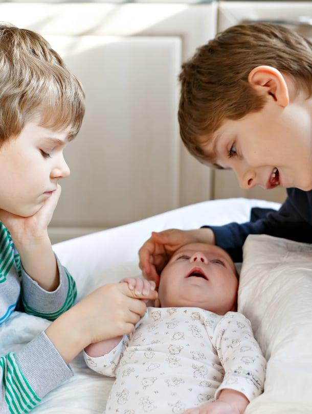Lapsille on hyvä kertoa, että vanhemmilla riittää rajattomasti rakkautta joka lapselle, vaikka heitä olisi kymmenen. Kuva: iStockphoto.
