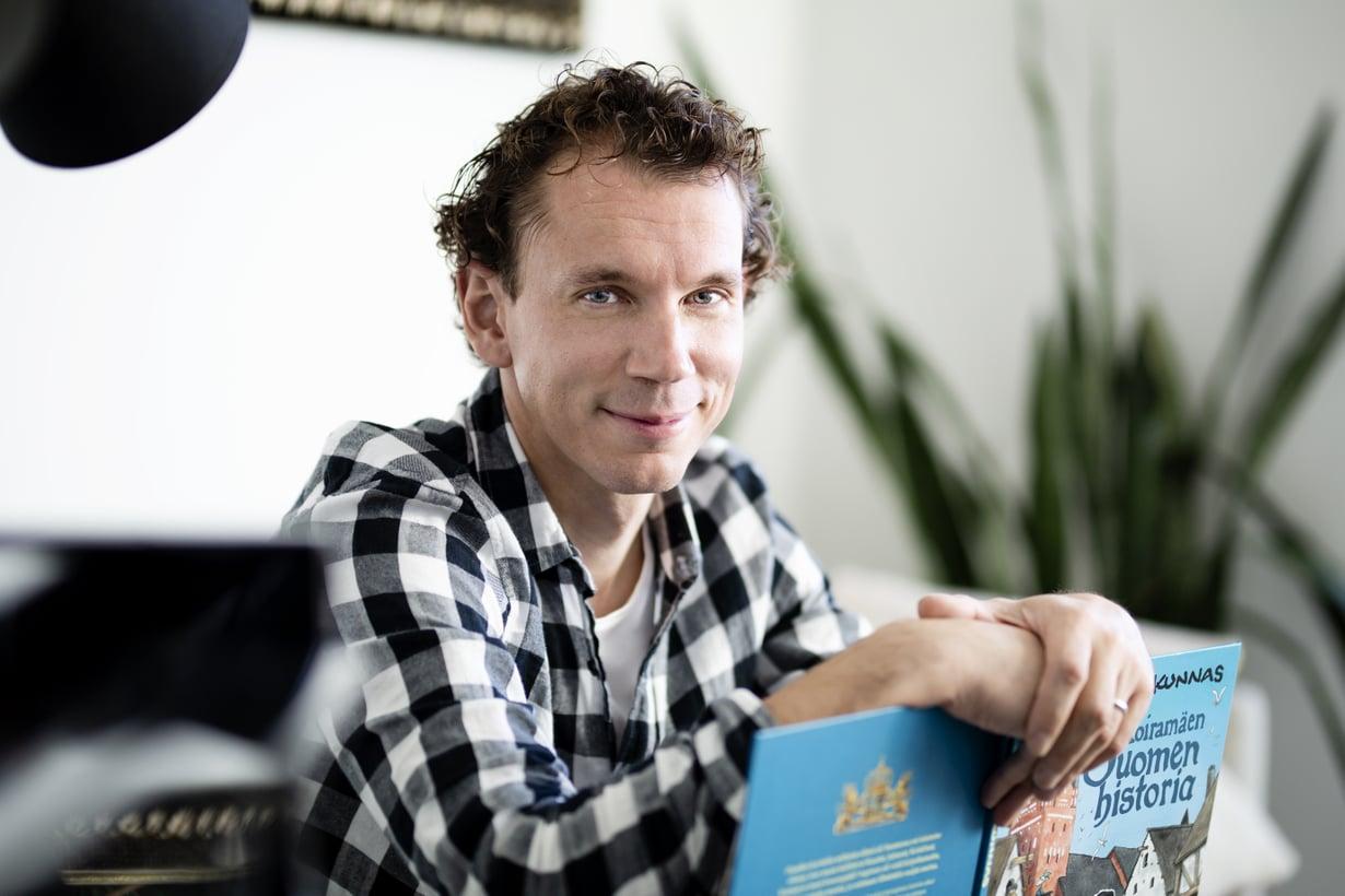 Kirjailija Juha Itkonen lukee säännöllisesti 7-vuotiaalle pojalleen sekä 1-vuotiaille kaksostytölle ja -pojalle. Kuva: Heli Blåfield