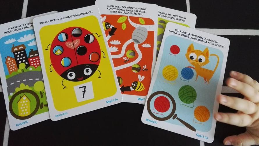 Värikkäät kortit innostavat oppimaan uutta. Taaperoinen voi treenata numeroita esimerkiksi laskemalla leppäkertun pilkkuja. Vaikkei laskeminen vielä sujuisikaan, koloihin on hauska työntää pieniä sormia.