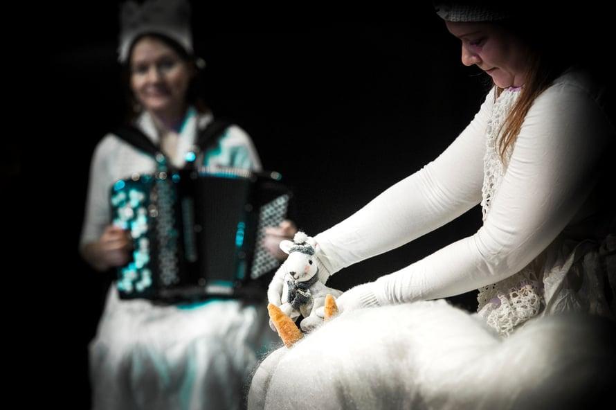 Näytelmän lavasteet ja nuket ovat alkuperäiset. (Kuva: Uupi Tirronen)