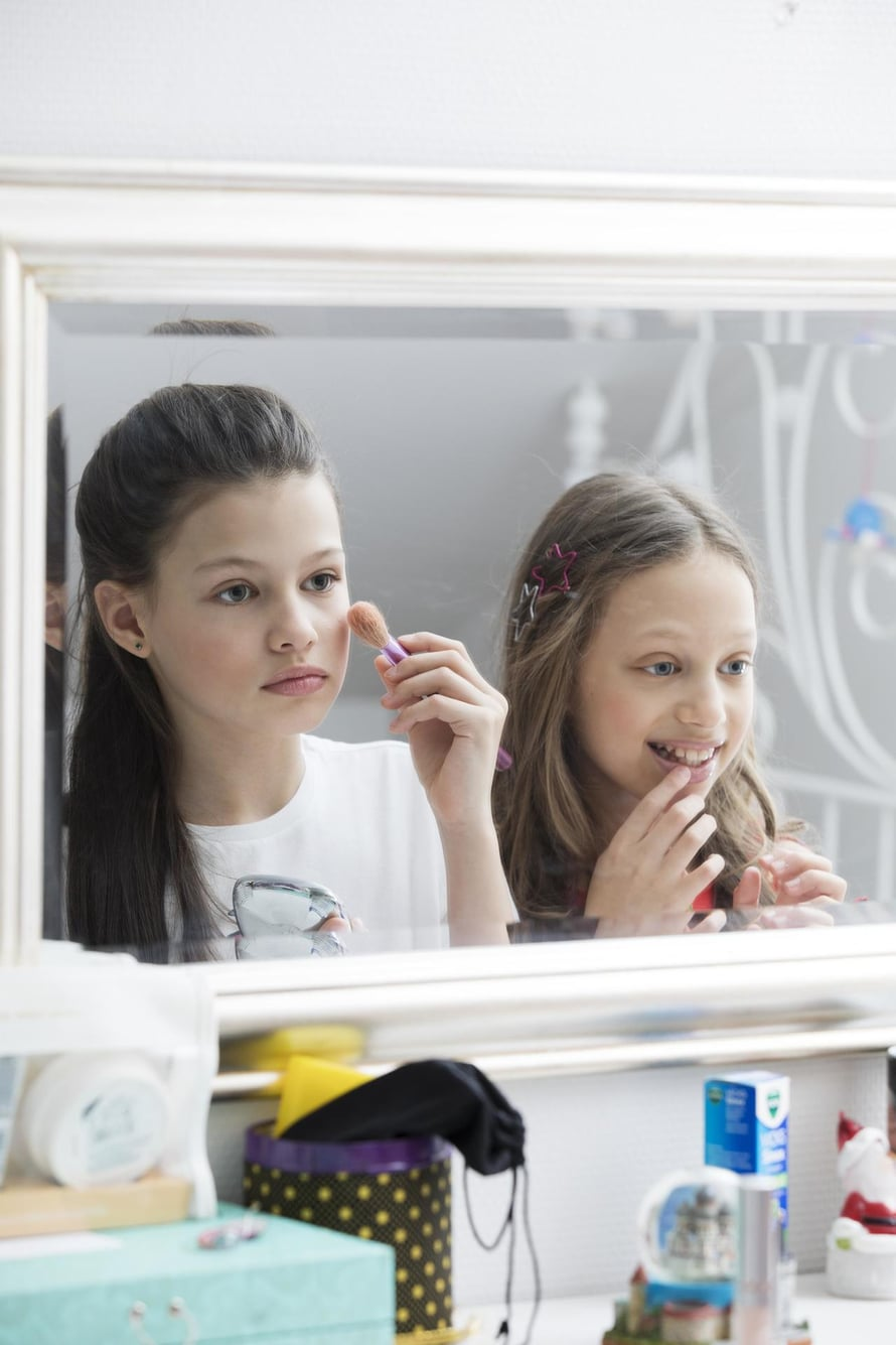 Kaksostytöistä Sara on tumma ja Sofia vaalea.
