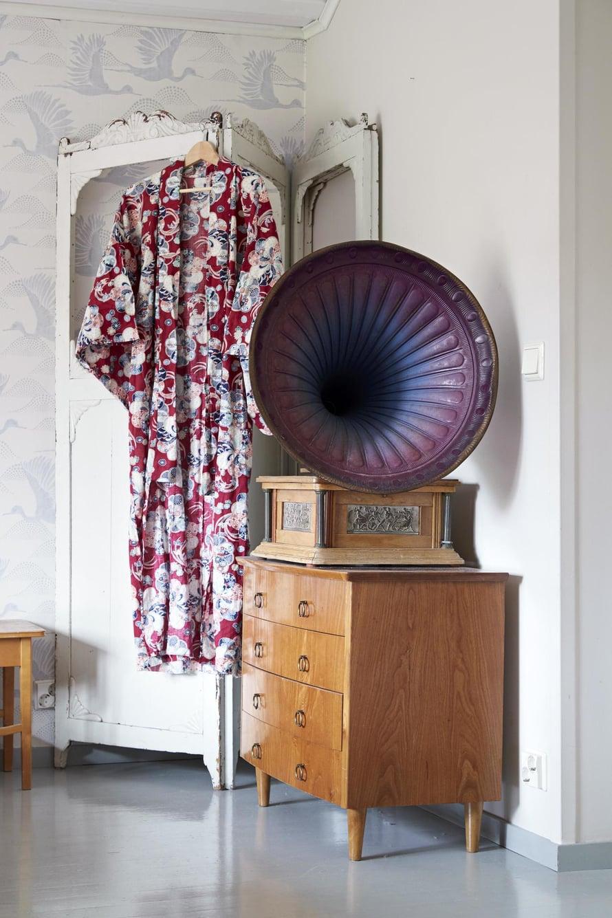 Vanhaan sermiin Minna ripustaa kauniita vaatteita, jotka sopivat kulloiseenkin mielentilaan. Tänään fiilis on sopiva punaiselle japanilaiselle kimonolle. Gramofoni on suvun perintöä.