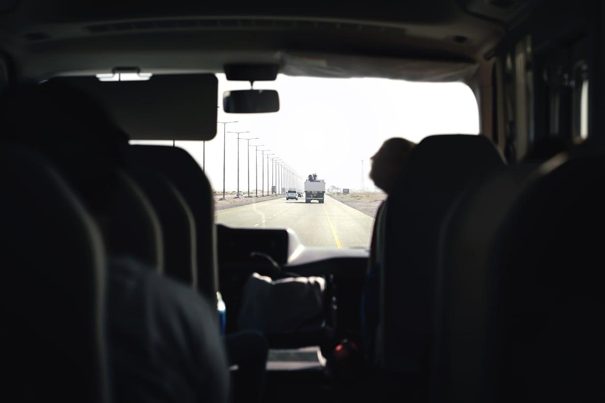 Esimerkiksi Helsingin kaupungin erityiskuljetuspalvelun palvelukuvauksessa sanotaan, että kyytiei saakestää yli tuntia, lapsella onoikeus vakikuljettajaan ja vanhemmilla pitääolla kuljettajan yhteystiedot. Toteutuuko lupaus käytännössä?