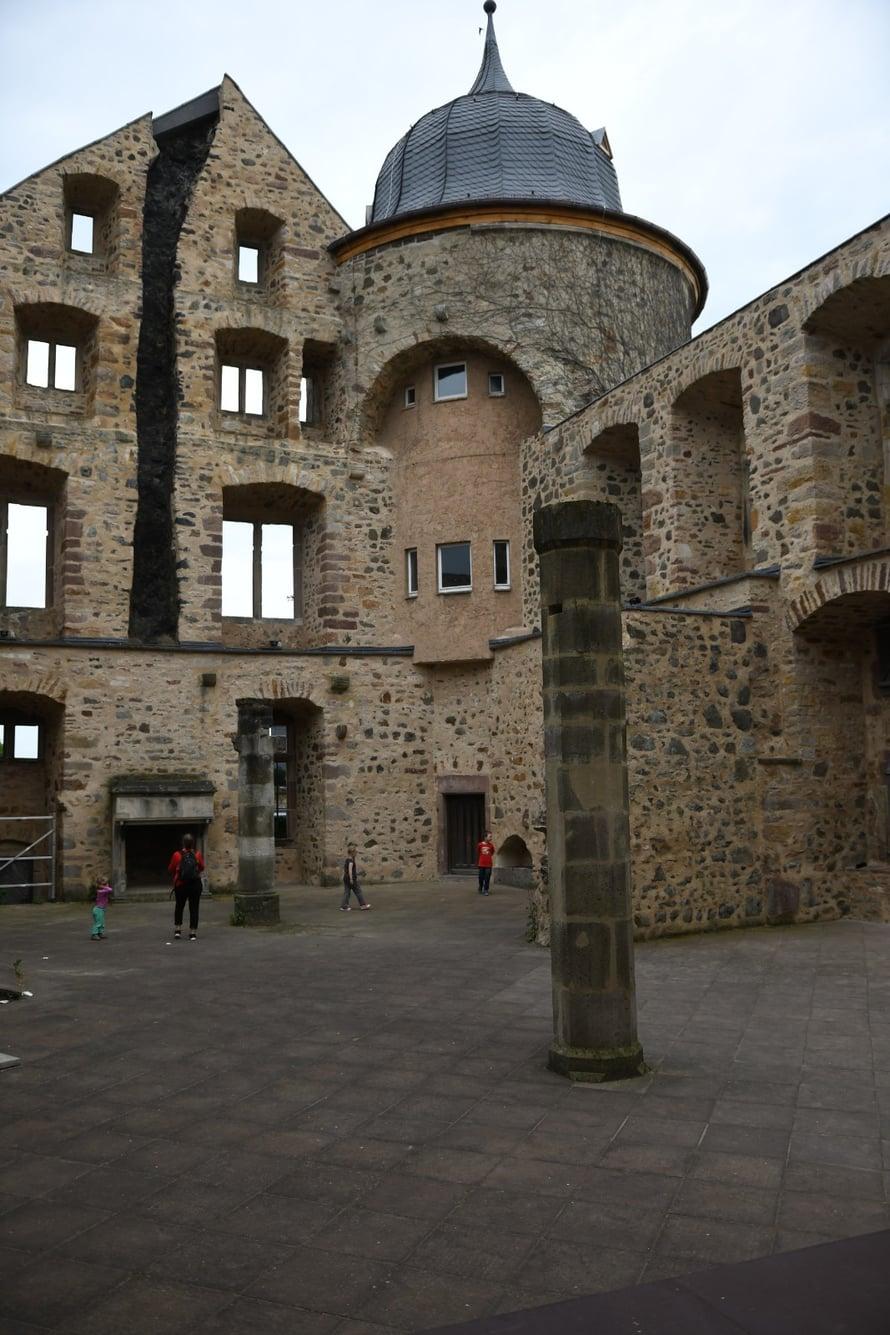 Kyynärpäitä ei tarvittu, jotta saimme ihastella linnan sisäpihaa vain parhaassa mahdollisessa seurassa.