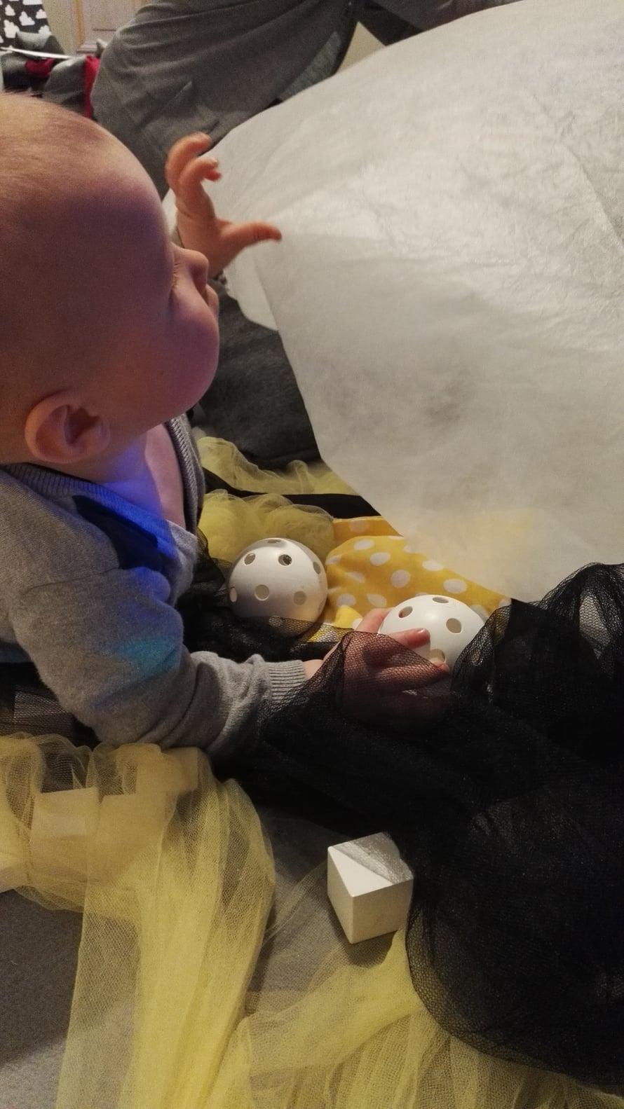 Museoiden vauvatyöpajat ovat vauvakulttuurin parhautta. Vauvan seuralainen pääsee samalla tutustumaan museoiden tarjontaan. Kuvassa kuopukseni on Suomen Arkkitehtuurimuseon vauvatyöpajassa.