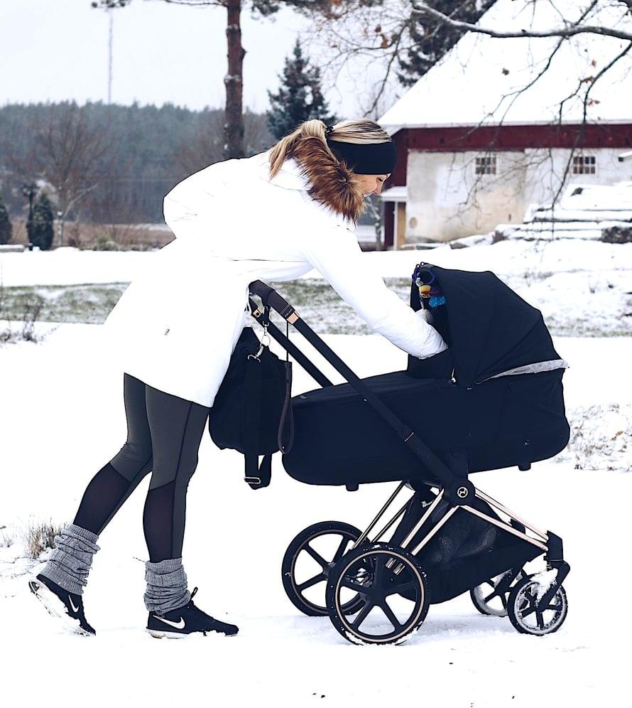 Vauva täyttää hetkellisesti koko elämän. Kuva: Elisa Honkasalo