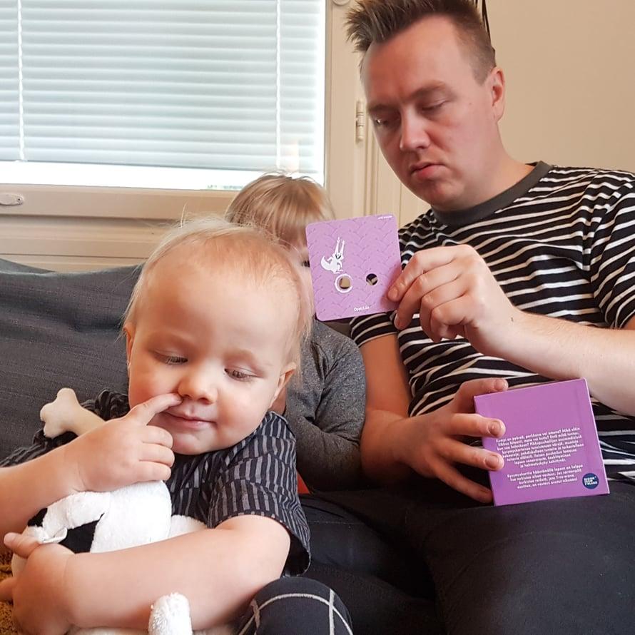 Minibeibsillä meni kysymyskorttien reiät ja nenänreiät sekaisin. Kuva: Koti-iskä88