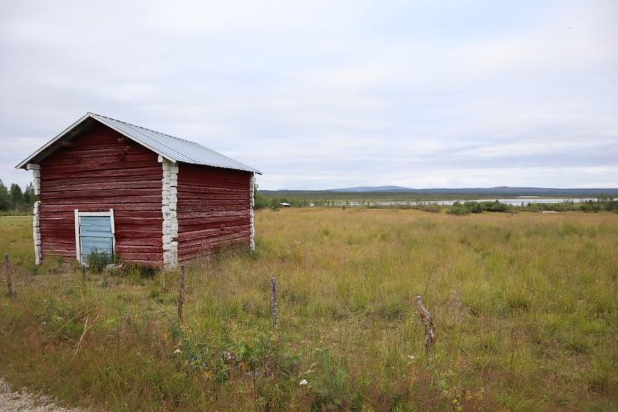 Lähijärven takaa aukeaa maisema Luostolle ja Pyhälle.