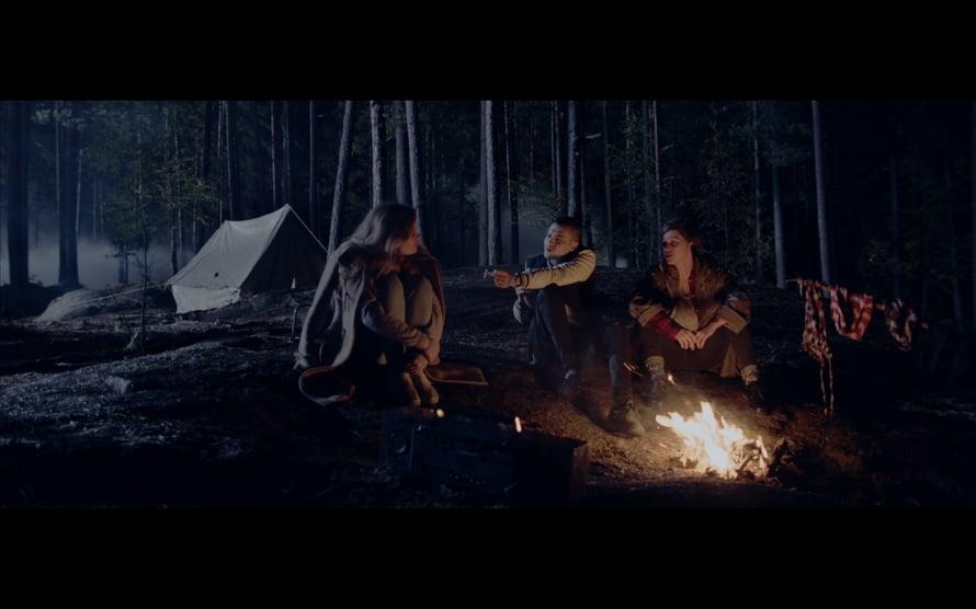 Leirinuotiolla jälleen. Kuva: Bodom (2016), Heikki Kivijärvi, Don Films Oy.