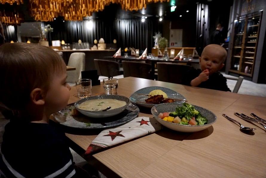 Veljekset ravintolaillallisella