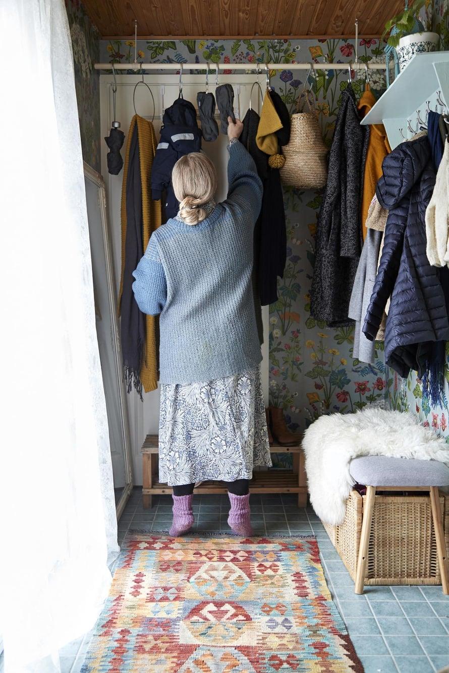 Minna remontoi hiljattain kotinsa pienen eteisen. Kattoon on kiinnitetty luudanvarsi, johon saa koukuilla roikkumaan märät rukkaset ja vaatteet.