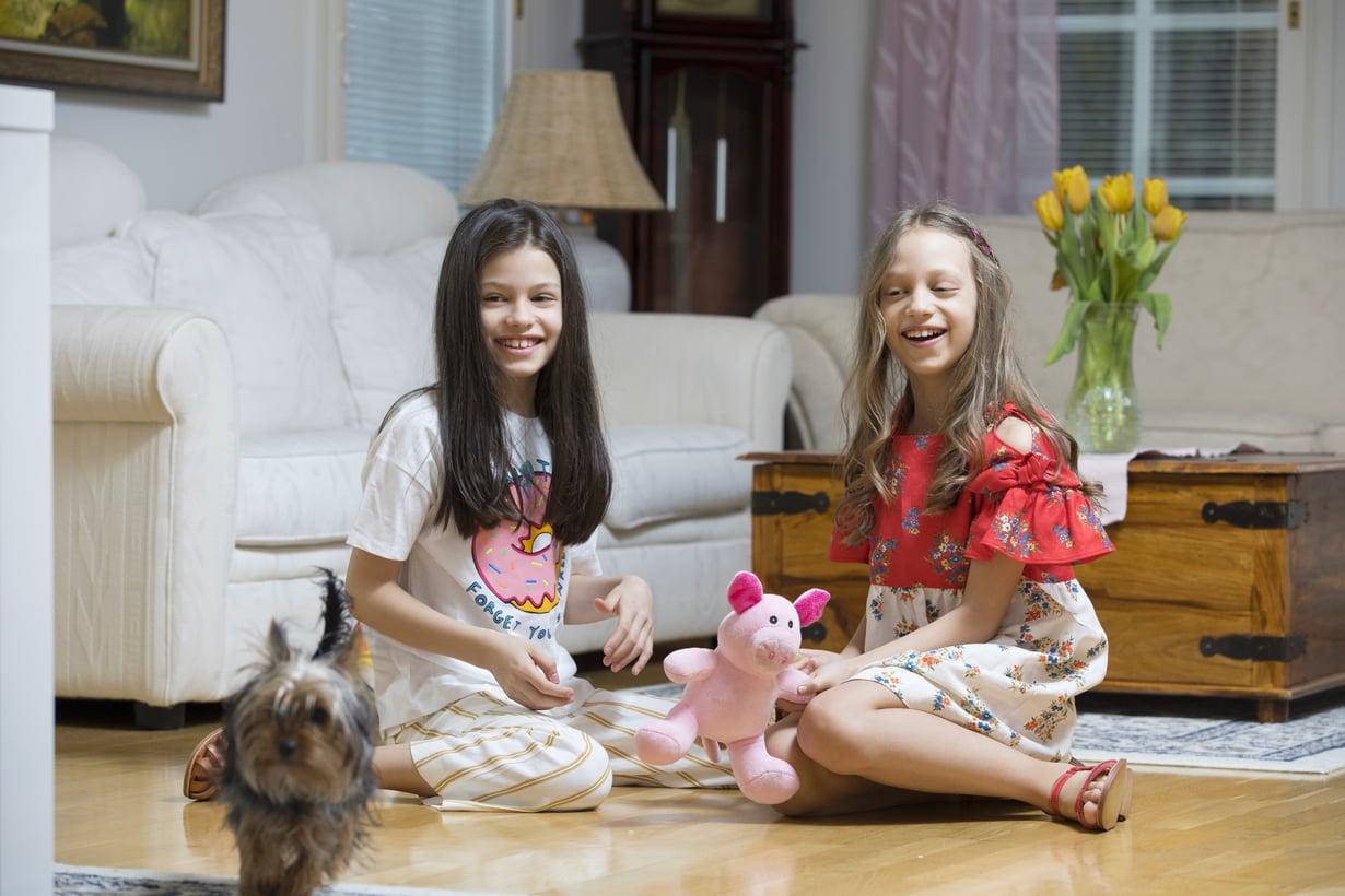 Silmäterä. Sara (vas.) ja Sofia leikkivät mielellään Molly-koiran kanssa.