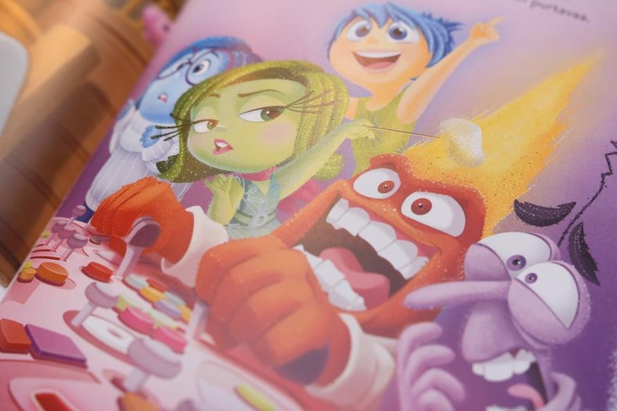 """Kirjakolmikon kuvituksesta junioreiden mieleen parhaiten painunut yksityiskohta: """"Kiukku kävi niin kuumana, että Inho paistoi liekeissä vaahtokarkkia!"""""""