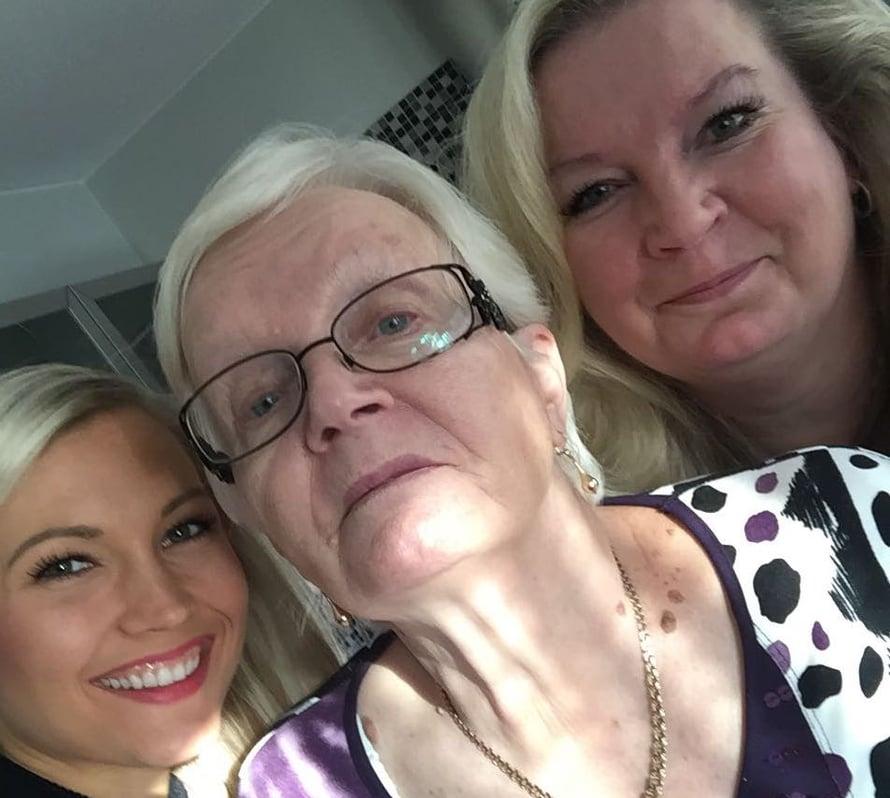 Minä, mummu ja kummitäti. Tämä taitaa olla mummun ensimmäinen selfie. <3