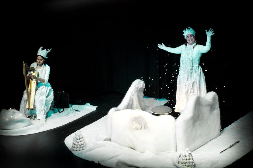 Talvinen esitys perustuu Yuriko Kimuran vuonna 1984 suomeksi ilmestyneeseen lastensatuun. (Kuva: Upi Tirronen)