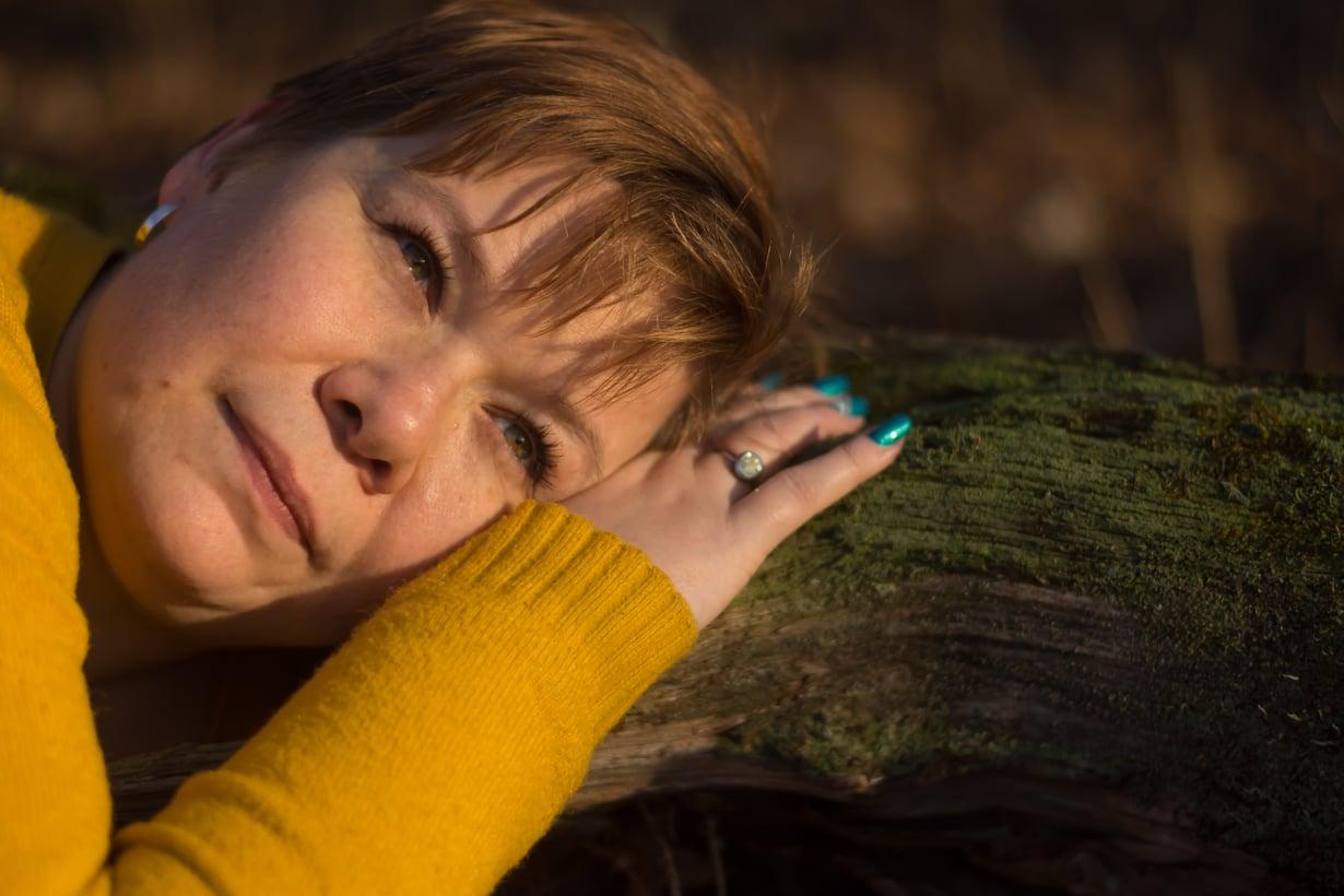 """Mari Sipola osallistui Äimä ry:n valokuvausnäyttelyyn """"Kuka tahansa äiti"""", jossa tehdään näkyväksi synnytyksen jälkeisestä masennuksesta kärsiviä äitejä.  Kuva: Tiuku Pennola"""