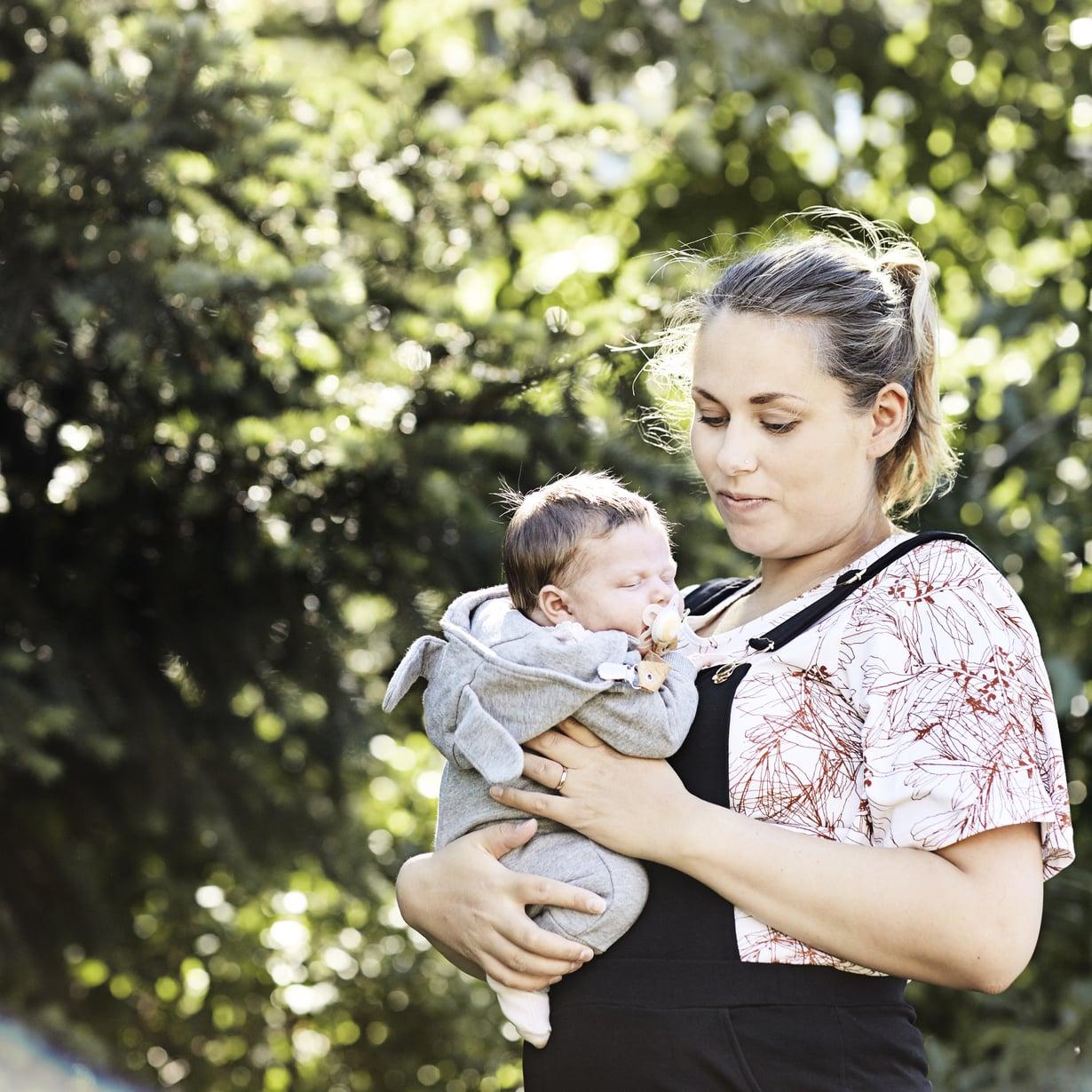 Mirjam Sokka alkoi miettiä lastenvaatevalintojensa ekologisuutta ja eettisyyttä saatuaan esikoisensa kolme vuotta sitten. Kuopus syntyi viime keväänä. Kuva: Amanda Aho