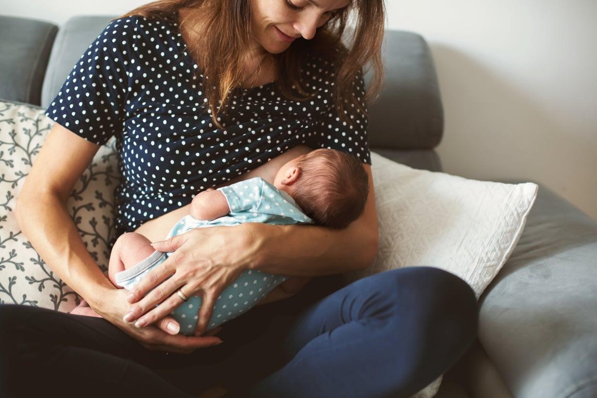 Hartiat jumissa imettämisestä? Vaihtele imetysasentoa ja nouse välillä liikuskelemaan, vaikka vauva vielä jatkaisikin syömistä.